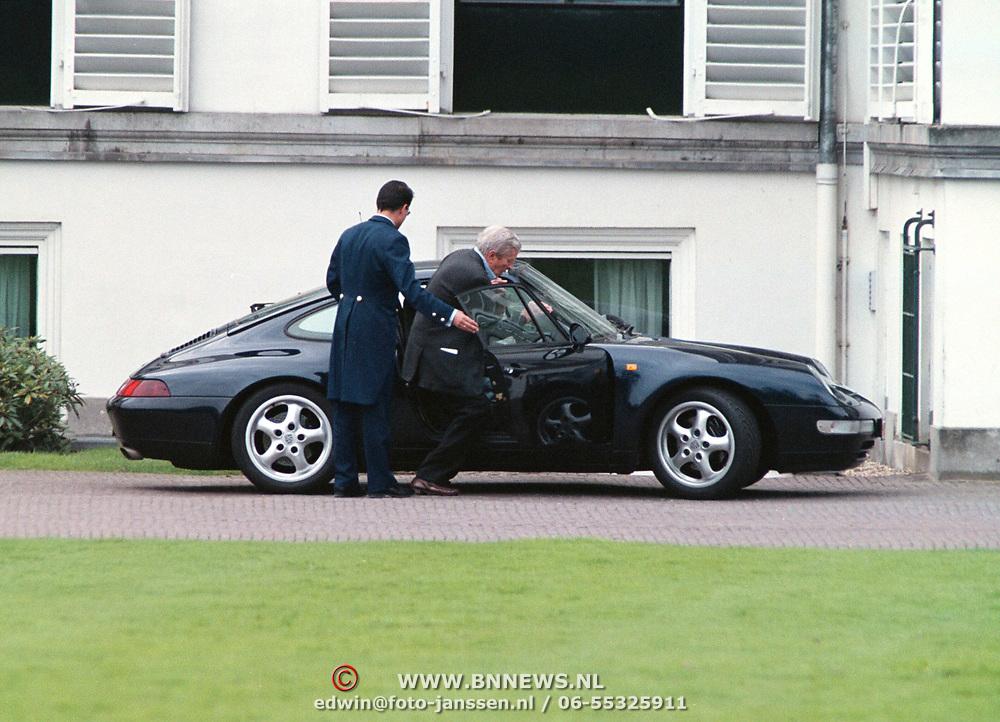 Koninginnedag 2001 Soestdijk, Prins Claus stapt in porsche van Friso