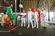 2 Juli 2013 wedstrijden van de Belgian Homeless Cup onder het afdak van de oude abbatoirs van Cureghem. Asielzoekers, daklozen en hulpverleners spelen de hele dag voetbalwedstrijden.Slagers kijken toe.