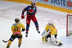 07.04.2019, Albert Schultz Halle, Wien, AUT, EBEL, Vienna Capitals vs EC Red Bull Salzburg, Halbfinale, 5. Spiel, im Bild v.l. Alex Wall (spusu Vienna Capitals), Thomas Raffl (EC Red Bull Salzburg) und Jean Philippe Lamoreux (spusu Vienna Capitals) // during the Erste Bank Icehockey 5th semifinal match between Vienna Capitals and EC Red Bull Salzburg at the Albert Schultz Halle in Wien, Austria on 2019/04/07. EXPA Pictures © 2019, PhotoCredit: EXPA/ Thomas Haumer