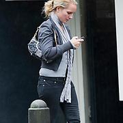 NLD/Laren/20080808 - Liselore Albers - Kooijman sms'end met haar telefoon
