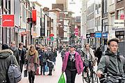 Nederland, Nijmegen, 10-3-2017Drukte in het centrum. Winkelstraat in Nijmegen. Winkelend publiek, mensen, architectuur,wederopbouw.FOTO: FLIP FRANSSEN