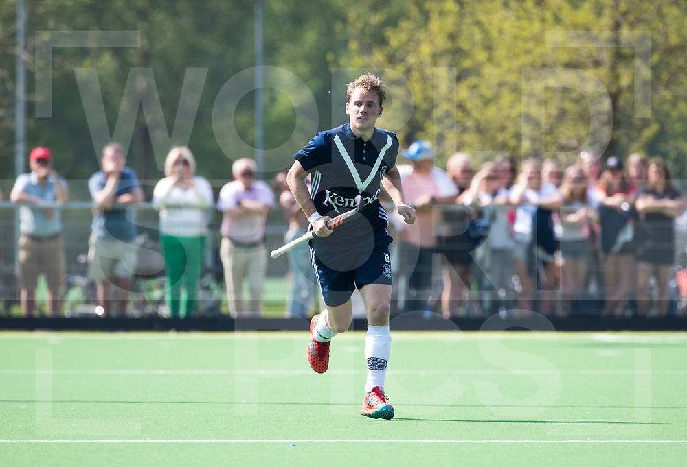 AMSTELVEEN -  Hockey Hoofdklasse heren Pinoke-Amsterdam (3-6).  Dennis Warmerdam (Pinoke) , die  vanwege kanker en een tumor in zijn arm, zijn hockeycarrière moet beëindigen  .  COPYRIGHT KOEN SUYK