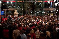03 AUG 2009, BERLIN/GERMANY:<br /> Uebersicht waehrend der Pressekonferenz von Frank-Walter Steinmeier (Vorn), SPD, Bundesaussenminister und Kanzlerkandidat, und Franz Muentefering (Hinten), SPD Parteivorsitzender, Pressekonferenz nach den ersten Hochrechnungen des Wahlergebnisses der Bundestagswahl 2009, Wahlabend, Atrium, Willy-Brandt-Haus<br /> IMAGE: 20090927-02-070<br /> KEYWORDS: Franz Müntefering, Übersicht