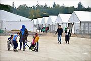 Nederland, the Netherlands, Nijmegen, 21-10-2015Kamp, tentenkamp Heumensoord, de tijdelijke noodopvang, azc, van het COA. In totaal kom en er 3000 asielzoekers, mensen. Op het kamp wordt nog volop gewerkt aan de laatste tenten, alsmede aan de infrastructuur voor elektra, afvoer en water. Ook wordt er een schooltje opgezet voor de kinderen.FOTO: FLIP FRANSSEN