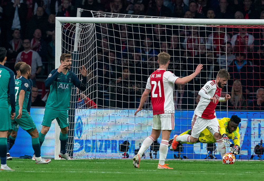 08-05-2019 NED: Semi Final Champions League AFC Ajax - Tottenham Hotspur, Amsterdam<br /> After a dramatic ending, Ajax has not been able to reach the final of the Champions League. In the final second Tottenham Hotspur scored 3-2 / Andre Onana #24 of Ajax saves, Fernando Llorente #18 of Tottenham Hotspur, Lasse Schone #20 of Ajax