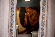 Havana, 02 de Junho de 2011..A famosa sensualidade cubana explícita aqui na cortina de um banheiro em um quarto para alugar em Havana. ..La sensualidad famosa cubana explícita en una cortina de baño en una habitación para alquilar en La Habana...Foto: LEO DRUMOND / NITRO