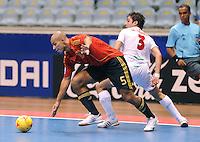 Fussball  International  FIFA  FUTSAL WM 2008   01.10.2008 Vorrunde Gruppe D Spain - Iran Spanien- Iran FERNANDO (li, ESP) gegen Mohammad TAHERI (IRN).
