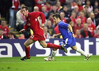 Fotball<br /> Foto: Colorsport/Digitalsport<br /> NORWAY ONLY<br /> <br /> Jamie Carragher (Liverpool) Joe Cole (Chelsea).<br /> <br /> UEFA Champions League Semi-Final 2nd leg. 3/5/2005. <br /> <br /> Liverpool v Chelsea