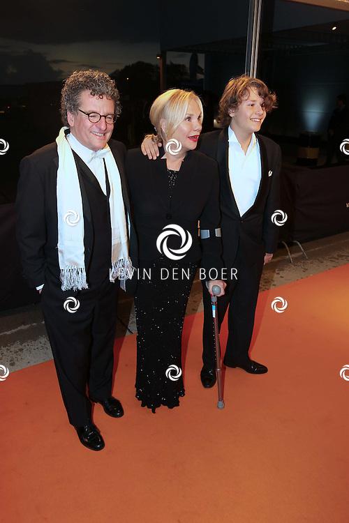 KATWIJK - Edwin de Vries (L) en Monique van de Ven (R) met hun zoon zaterdag op de oranje loper van de galapremiere van Soldaat van Oranje - de Musical in de Theater Hangaar op de oude vliegbasis Valkenburg bij Katwijk. FOTO LEVIN DEN BOER - PERSFOTO.NU