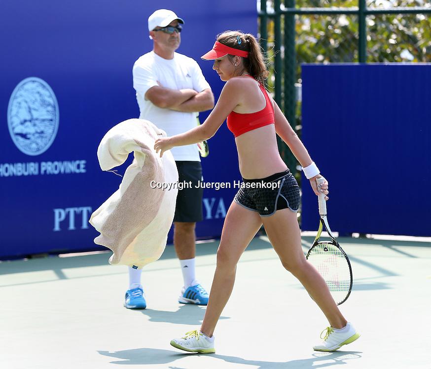 PTT Pattaya Open 2014,WTA Tennis Turnier,<br /> International Series, Dusit Resort in Pattaya,Thailand,<br /> Belinda Bencic (SUI) beim Training,<br /> trainiert im Bikini Top,im Hinteregrund Vater Ivan,Ganzkoerper,Querformat,