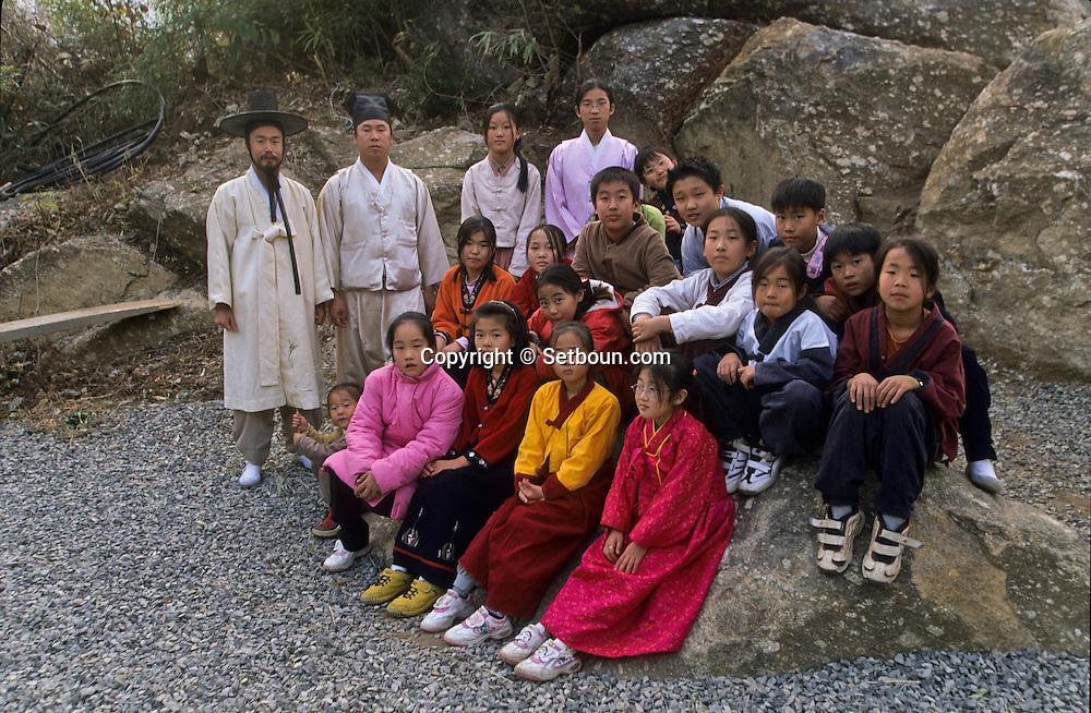traditional Confucianist village. the new modern school  Seoul  Korea   la nouvelle école toute neuve du village traditionnel confucianniste de  Chonhakdong  coree  ///R20131/    L0006909  /  R20131  /  P104944