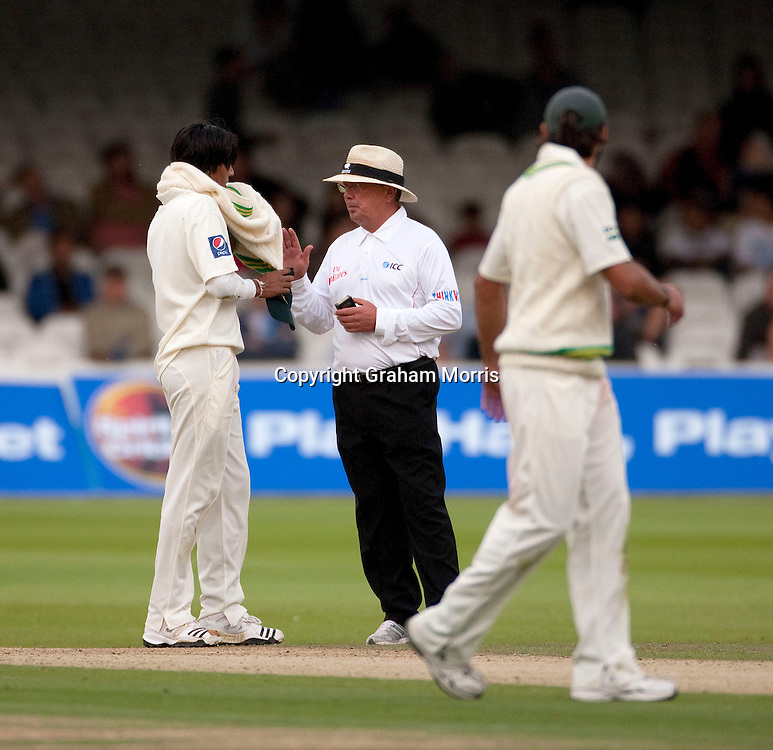 Umpire Ian Gould talks to bowler Mohammad Amir (Aamer) during the MCC Spirit of Cricket Test Match between Pakistan and Australia at Lord's.  Photo: Graham Morris (Tel: +44(0)20 8969 4192 Email: sales@cricketpix.com) 15/07/10