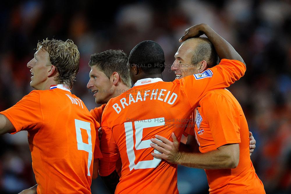 1006-2009 VOETBAL: WK KWALIFICATIE NEDERLAND - NOORWEGEN: ROTTERDAM <br /> Nederland wint in de stromende regen met 2-0 van Noorwegen / Arjen Robben scoort de 2-0 en viert zijn feestje<br /> &copy;2009-WWW.FOTOHOOGENDOORN.NL