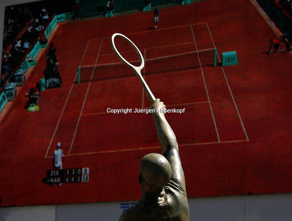 French Open 2010, Roland Garros, Paris, Frankreich,Sport, Tennis, ITF Grand Slam Tournament,  Skulptur eines Tennisspielers vor der Videowand,Feature,.Foto: Juergen Hasenkopf..