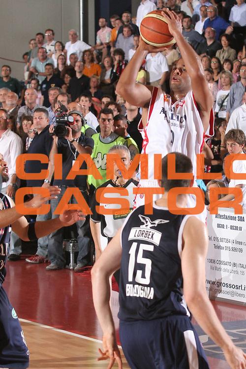 DESCRIZIONE : Biella Lega A1 2005-06 Play Off Quarti Finale Gara 4 Angelico Biella Climamio Fortitudo Bologna<br />GIOCATORE : Smith<br />SQUADRA : Angelico Biella<br />EVENTO : Campionato Lega A1 2005-2006 Play Off Quarti Finale Gara 4<br />GARA : Angelico Biella Climamio Fortitudo Bologna<br />DATA : 26/05/2006<br />CATEGORIA : Tiro<br />SPORT : Pallacanestro<br />AUTORE : Agenzia Ciamillo-Castoria/S.Ceretti
