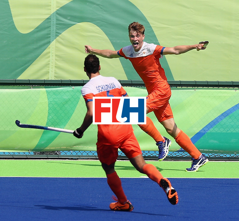 RIO DE JANEIRO, BRAZIL - AUGUST 18:  Jorrit Croon (R) of the Netherlands celebrates after scoring the first goal during the Men's Bronze Medal match between the Netherlands and Germany on Day 13 of the Rio 2016 Olympic Games held at the Olympic Hockey Centre on August 18, 2016 in Rio de Janeiro, Brazil.  (Photo by David Rogers/Getty Images)