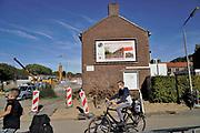 Nederland, Nijmegen, 26-9-2018De volksbuurt Kolpingwijk wordt ingrijpend gerenoveerd . Enkele woonblokken zijn gesloopt en er wordt sociale nieuwbouw voor in de plaats gebouwd . Slopen,vernieuwen . De huizen krijgen o.a. nieuwe kozijnen, dakpannen en zonnepanelen .