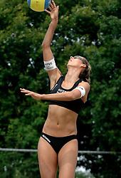 01-06-2006 VOLLEYBAL: TRAINING DAMES BEACHVOLLEYBAL TEAMS: WERKENDAM <br /> Trainingsessie op de CoppaKadijk in Werkendam / Merel Mooren<br /> ©2006-WWW.FOTOHOOGENDOORN.NL