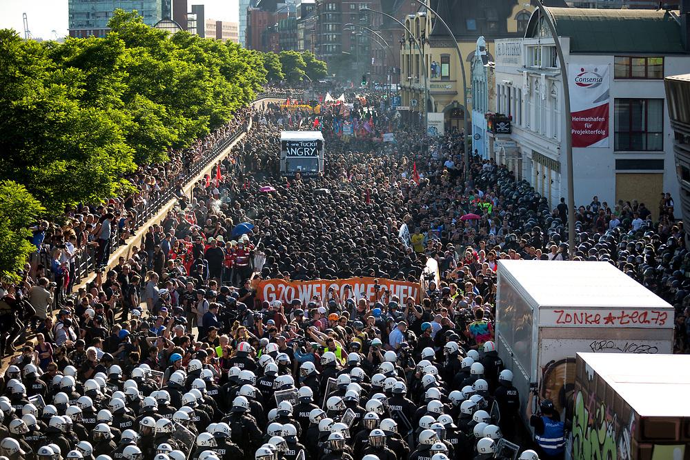 """Der geplante """"Welcome to Hell"""" Demonstration mit knapp 12.000 Teilnehmern wurde bereits kurz nach Beginn durch den Einsatz von Wasserwerfern, Schlagstöcken und Pfefferspray  von der Polizei gestoppt. Als Grund hierfür wurde die Vermummung des """"Schwarzen Blockes"""" angeführt. Eine knappe Stunde später formierte sich ein neuer Demonstrationszug der auf sich auf der ursprünglich geplanten Route bewegte."""