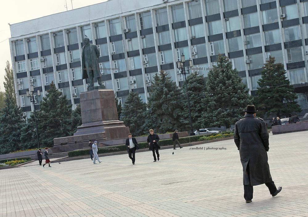 Eine große Lenin-Statue in Machatschkala, Dagestan  A large Lenin monument in Makhachkala, Dagestan.