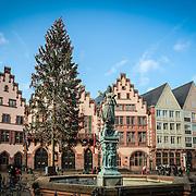 Sky line FRANKFURT AM MAIN, GERMANY.<br /> Il Römerberg è la piazza centrale della città. Tra le diverse case ricostruite si trovano il municipio (Römer) e la Alte Nikolaikirche (vecchia chiesa di S. Nicola).<br /> Il centro storico di Francoforte è stato distrutto nel 1944 durante la seconda guerra mondiale. Solo poche case rimasero intatte,
