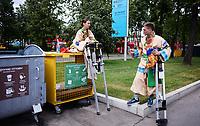 FUSSBALL  WM 2018  Achtelfinale  01.07.2018 Spanien - Russland Zwei Stelzenlaeufer bereiten sich auf ihren Einsatz in der Fanbetreuung am Luschniki Stadion in Moskau vor.