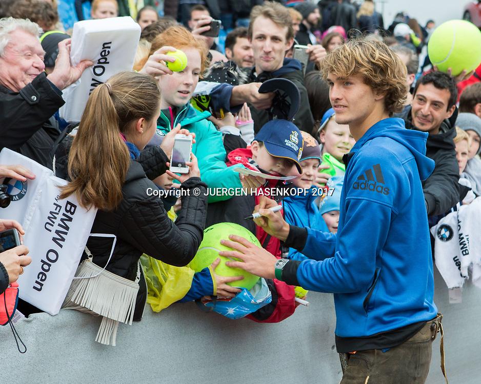 Sieger ALEXANDER ZVEREV (GER) schreibt Autogramme fuer die Fans, Endspiel, Final, Siegerehrung<br /> Tennis - BMW Open 2017 -  ATP  -  MTTC Iphitos - Munich -  - Germany  - 7 May 2017.