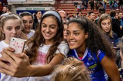 27-11-2016 ITA: Gorgonzola Igor Volley Novara - Nordmeccanica Modena, Novara<br /> Nova wint in drie sets van Modena / Celeste Plak #4 publiek, selfie, fan