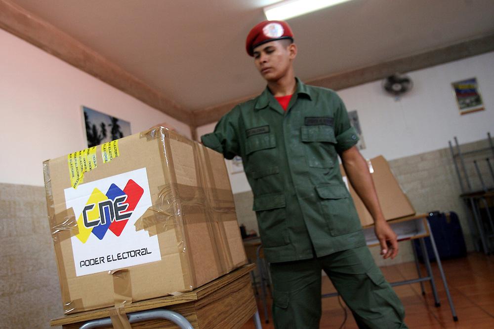 Una militar vota en el referendo consultivo sobre la reforma constitucional propuesta por el presidente venezolano, Hugo Chávez hoy, domingo 2 de diciembre, en Caracas (Venezuela). (ivan gonzalez)