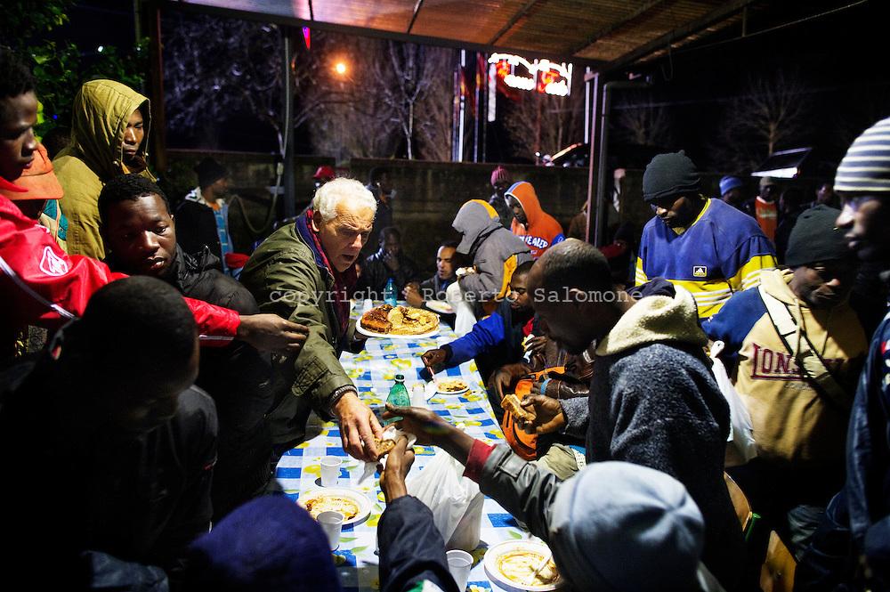 Rosarno, Italia - 19 dicembre 2010. Immigrati cenano ad una mensa offerta da volontari a Rosarno..Ph. Roberto Salomone Ag. Controluce.ITALY - Immigrants have dinner in Rosarno on December 19, 2010.