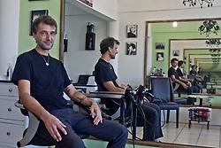 Oscar, un hair stilist milanese, da 10 anni a Playa del Carmen. Deluso dal cambiamento che ha subito il paradiso tropicale in cui avrebbe voluto passare la vita.
