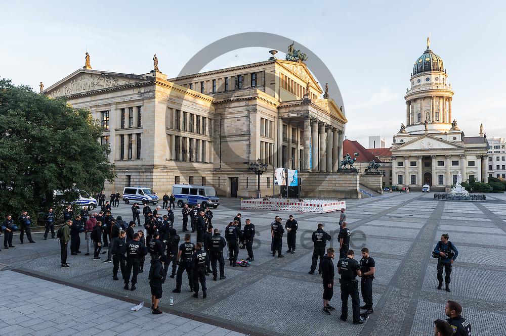 Polizisten kontrollieren während der 1. Welle der Blockupy Proteste am 02.09.2016 am Gendarmenmarkt in Berlin, Deutschland Demonstrationsteilnehmer. Das Bündnis versuchte das Ministerium für Arbeit und Soziales zu blockieren um gegen die Politik der Verarmung, Ausgrenzung und sozialen Spaltung zu protestieren. Foto: Markus Heine / heineimaging
