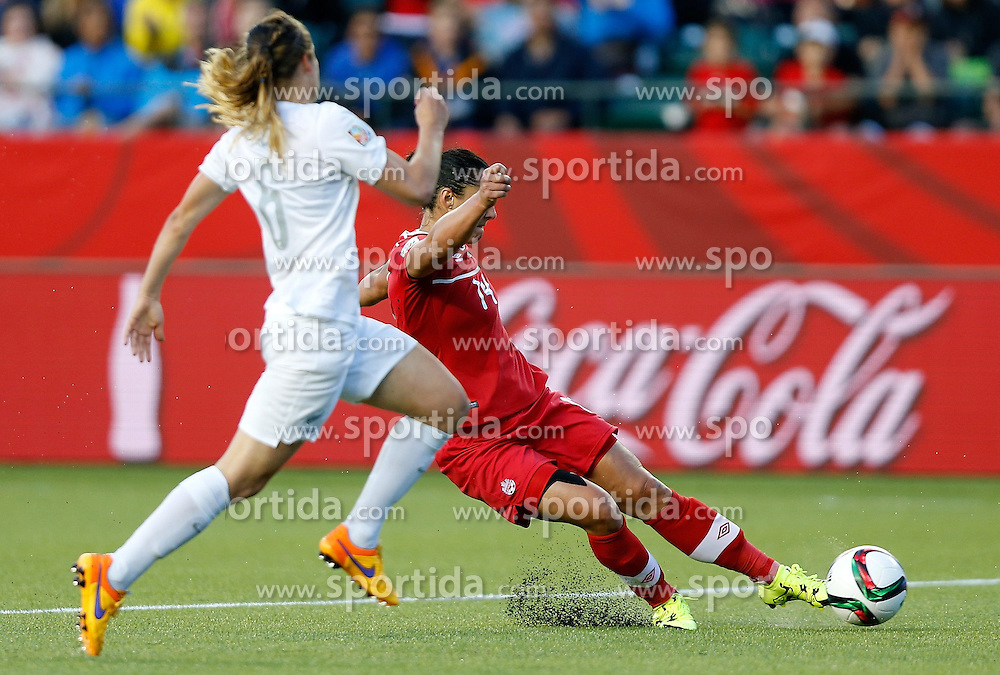 12.06.2015, Commonwealth Stadium, Edmonton, CAN, FIFA WM, Frauen, Kanada vs Neuseeland, Gruppe A, im Bild Melissa Tancredi(R) of Canada shoots. The match ended with a 0-0 dra // during group A match of FIFA Women's World Cup between Canada and New Zealand at the Commonwealth Stadium in Edmonton, Canada on 2015/06/12. EXPA Pictures &copy; 2015, PhotoCredit: EXPA/ Photoshot/ Wang Lili<br /> <br /> *****ATTENTION - for AUT, SLO, CRO, SRB, BIH, MAZ only*****
