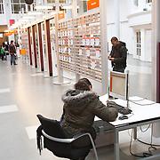 Nederland Rotterdam 26-03-2009 20090326 Foto: David Rozing ..Serie UWV, Serie UWV, allochtone vrouw bekijkt digitale digitaal vacatures op de computer. UWV Werkbedrijf lokatie Schiekade centrum Rotterdam, de vroegere arbeidsbureaus ( CWI UWV ) De werkloosheid in Nederland begint op te lopen. Dat blijkt uit de jongste cijfers die het Centraal Bureau voor de Statistiek (CBS) de oorzaak is de krediet crisis Holland, The Netherlands, dutch, Pays Bas, Europe,  , allochtoon, allochtone, vrouw, meid, jonge, jonge,  allochtonen, , digitaal, digitale, browsen, surfen naar, online, inschrijven, inschrijving, .   , economische, financien, financiele, krimp, krimpen, nederlandse, economy..Foto: David Rozing
