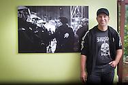 Ole Plogstedt posiert mit mein Bild im Ihre Restaurant in Hasmburg. 2015