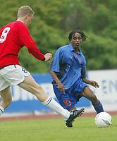 Fotball. Privatlandskamp U21. Sandefjord. 20.05.2002.<br /> Norge v Nederland 1-1.<br /> Brede Hangeland, Norge og Viking.<br /> Youssouf Hersi, Nederland og NAC.<br /> Foto: Morten Olsen, Digitalsport