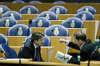 Nederland. Den Haag, 22 oktober 2008.<br /> TWEEDE KAMER-EUROPESE TOP<br /> Paul Tang (PvdA) en Kees vendrik (GroenLinks) tijdens het debat over de Europese top in de Tweede Kamer. In dit debat zal ook de steun voor ING ter sprake komen. <br /> Foto Martijn Beekman<br /> NIET VOOR PUBLIKATIE IN LANDELIJKE DAGBLADEN.