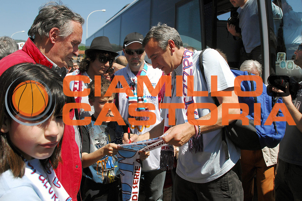 DESCRIZIONE : Rieti Lega A 2008-09 Accoglienza dei tifosi per la salvezza conquistata<br /> GIOCATORE : Lino Lardo<br /> SQUADRA : Solsonica Rieti <br /> EVENTO : Campionato Lega A 2008-2009 <br /> GARA : <br /> DATA : 11/05/2009 <br /> CATEGORIA : Esultanza Tifo Tifosi Fan Supporter<br /> SPORT : Pallacanestro <br /> AUTORE : Agenzia Ciamillo-Castoria/E.Grillotti