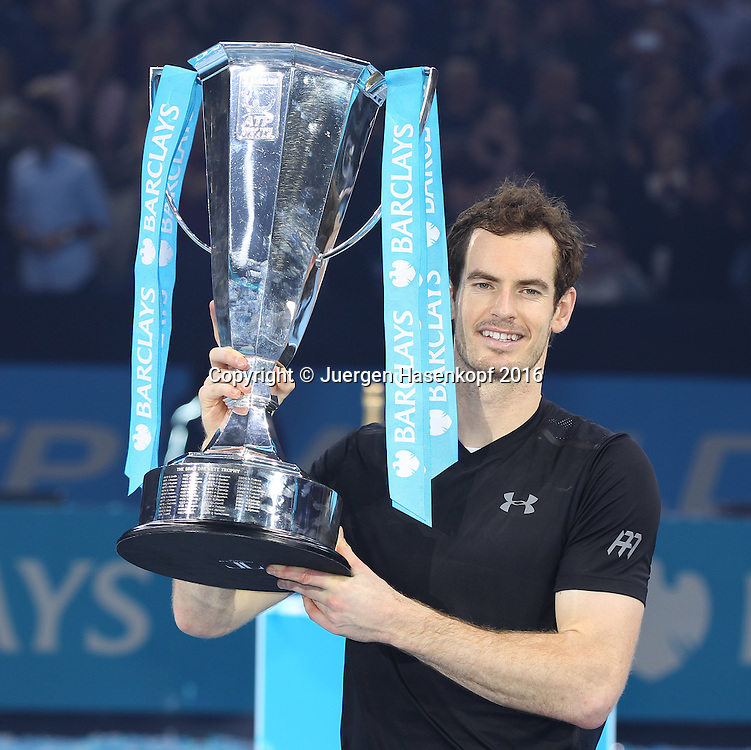 ANDY MURRAY (GBR) mit Pokal, ATP World Tour Finals, O2 Arena, London, England.<br /> <br /> Tennis - ATP World Tour Finals 2016 - ATP -  O2 Arena - London -  - Great Britain  - 20 November 2016. <br /> &copy; Juergen Hasenkopf/Grieves