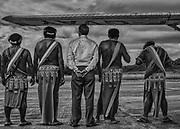 Camopi, Guyane, 2015.<br /> <br /> Monsieur le sous-pr&eacute;fet de l'Est Guyanais et  les  chefs  coutumiers Teko et Way&atilde;mpi de Camopi  attendent  la  visite  de madame la Ministre des Outre-mer.<br /> <br /> A la fin des ann&eacute;es 20, la France cherche &agrave; cr&eacute;er une alternative &agrave; l&rsquo;essoufflement de la production aurif&egrave;re en d&eacute;veloppant l&rsquo;int&eacute;rieur guyanais. La loi coloniale de 1930 institue une nouvelle entit&eacute; administrative, le &laquo; Territoire de l&rsquo;Inini &raquo;, avec le statut de &laquo; nation ind&eacute;pendante sous protectorat &raquo;. En 1946, la Guyane devient un d&eacute;partement et son dernier gouverneur devenu Pr&eacute;fet d&eacute;cide d'implanter un poste administratif &agrave; Camopi sur l&rsquo;Oyapock dans l'Est guyanais et un autre &agrave; Maripasoula, sur le Maroni dans l'Ouest. Dans les ann&eacute;es 60, les populations Am&eacute;rindiennes du haut-Oyapock sont incit&eacute;es &agrave; se regrouper en gros villages pour faciliter les contacts avec l'administration. Les chefs re&ccedil;oivent le titre de capitaine, ils sont intronis&eacute;s officiellement lors de voyages &agrave; Cayenne. Camopi devient un bourg administratif artificiel, l&agrave; ou une mission j&eacute;suite concentrait d&eacute;j&agrave; les communaut&eacute;s am&eacute;rindiennes de la r&eacute;gion au XVIIIe si&egrave;cle. <br /> <br /> En 1969, &agrave; l'occasion d'un nouveau d&eacute;coupage administratif, le &laquo; Territoire de l&rsquo;Inini &raquo; est finalement int&eacute;gr&eacute; au d&eacute;partement. Entre 1969 &agrave; 1987, se succ&egrave;dent la cr&eacute;ation de la commune de Camopi, l&rsquo;&eacute;lection d&rsquo;un maire, l&rsquo;&eacute;tablissement chaotique d&rsquo;un &eacute;tat civil, la participation aux &eacute;lections locales, nationales et europ&eacute;ennes, la s&eacute;dentarisation de la population, l&rsquo;envoi des enfants en pension au home religieux de S