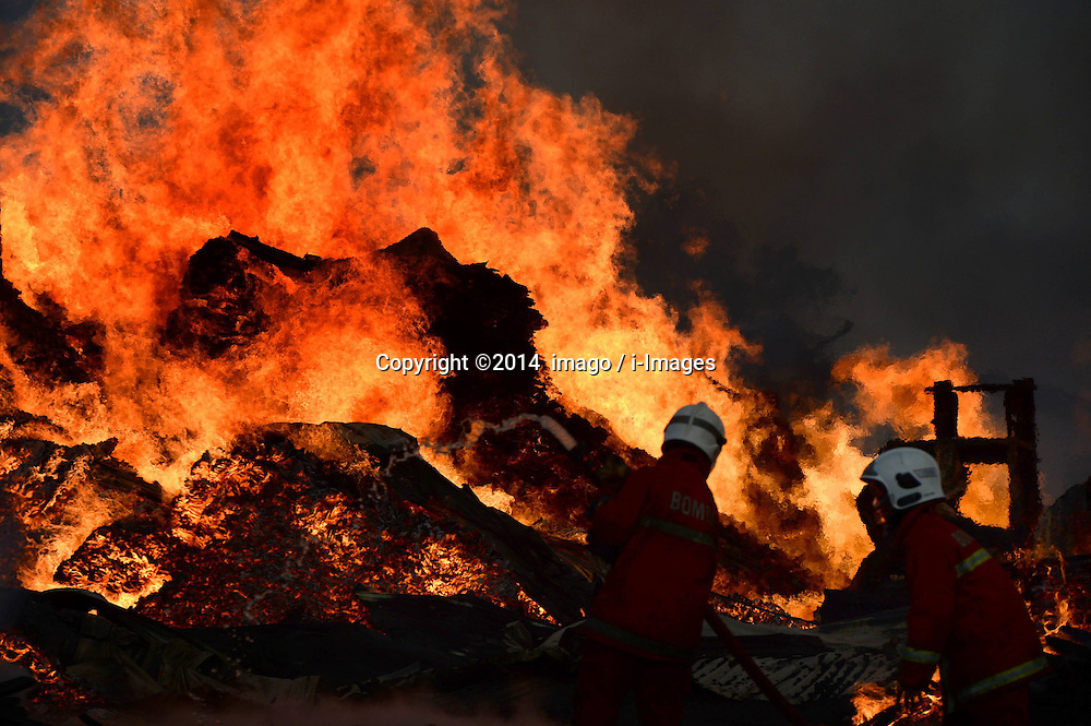 61141058<br /> Fire fighters put out fire at a wood factory in Kota Kinabalu, Malaysia, Feb. 27, 2014. No deaths or injuries were reported currently,  Thursday, 27th February 2014. Picture by  imago / i-Images<br /> UK ONLY