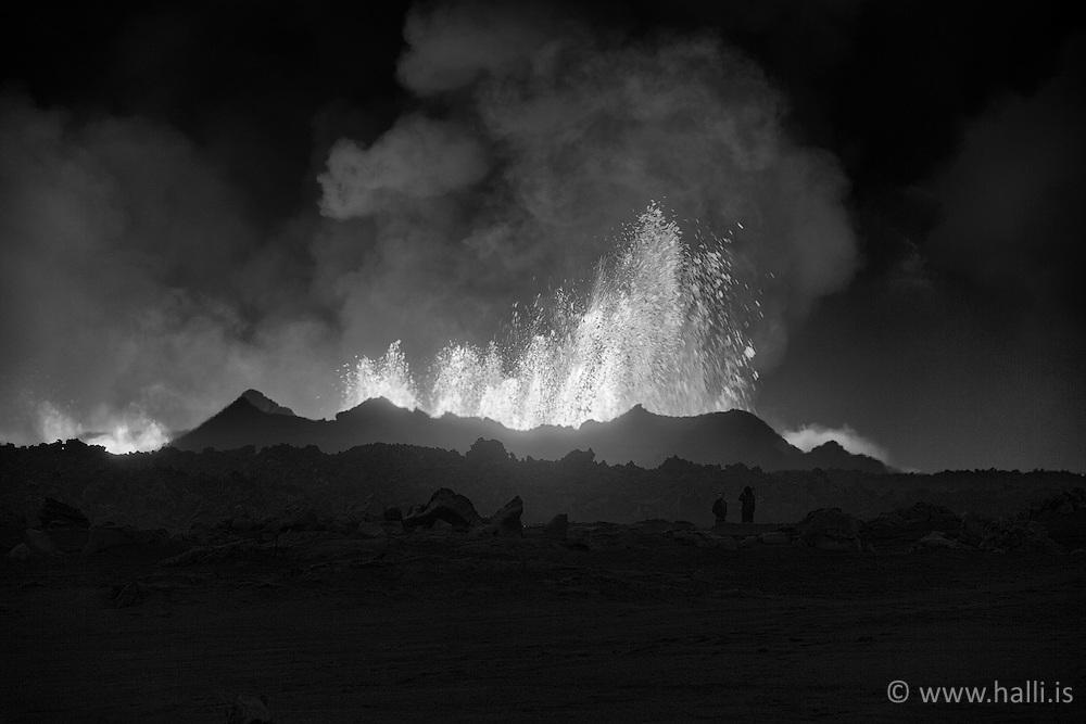 Two men standing close to the volcano eruption at Holuhraun, highlands of Iceland - Eldgos við Holuhraun, tveir menn skammt frá eldgosinu