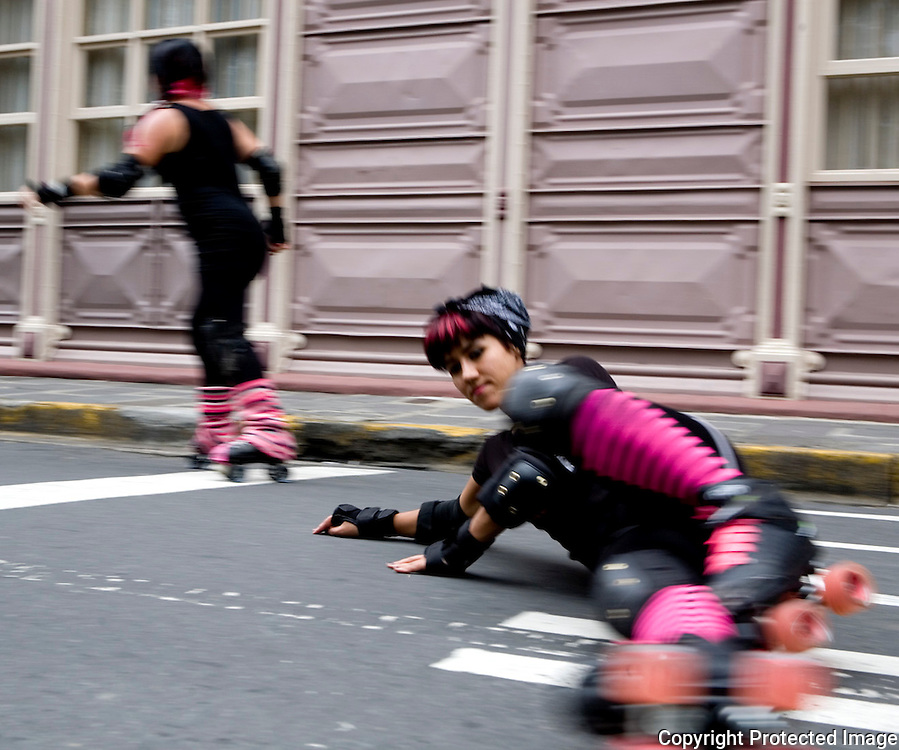 Paolo Martinez (Siouxsie Wheels) practices her falls Saturday in PArque Espana.