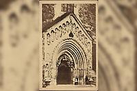 Stari portal zagrebačke katedrale.  <br /> <br /> ImpresumZagreb : Tipografija d.d., 1925.<br /> Materijalni opis1 razglednica : tisak ; 9,1 x 13,9 cm.<br /> NakladnikTipografija d.d.<br /> Mjesto izdavanjaZagreb<br /> Vrstavizualna građa • razglednice<br /> ZbirkaGrafička zbirka NSK • Zbirka razglednica<br /> Formatimage/jpeg<br /> PredmetZagreb –– Kaptol<br /> Katedrala Uznesenja Marijina (Zagreb)<br /> SignaturaRZG-KAP-33<br /> Obuhvat(vremenski)20. stoljeće<br /> NapomenaRazglednica nije putovala. • Razglednica je izdana povodom Kulturno-historijske izložbe grada Zagreba prigodom 1000-godišnjice hrvatskoga kraljevstva.<br /> PravaJavno dobro<br /> Identifikatori000955358<br /> NBN.HRNBN: urn:nbn:hr:238:354261 <br /> <br /> Izvor: Digitalne zbirke Nacionalne i sveučilišne knjižnice u Zagrebu