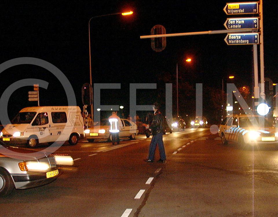 Fotografie Uijlenbroek©1999/Frank Brinkman.99-09-24 ommen ned.politie probeert verkeersoverlast door aankomst 5000scouts voor nationale jamborin in de hand te houden