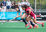 LAREN -  Hockey -  Maxime Kerstholt (Laren) met Marlena Rybacha (Oranje-Rood) . Hoofdklasse dames Laren-Oranje Rood (0-4). Oranje Rood plaatst zich voor Play Offs.  COPYRIGHT KOEN SUYK