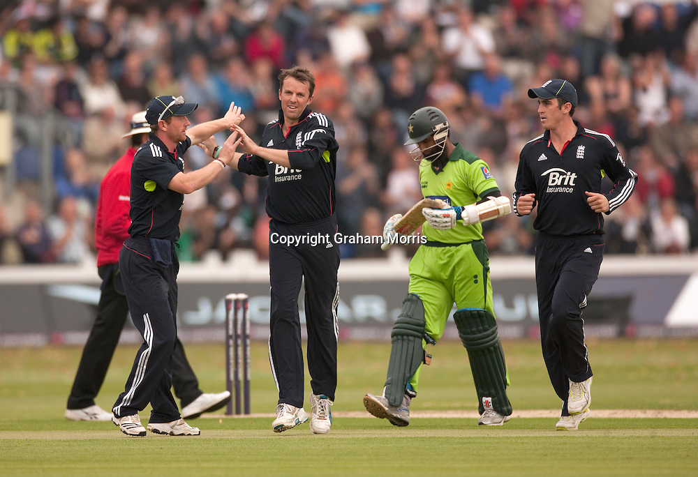 Captain Paul Collingwood congratulates Graeme Swann on the wicket of Mohammad Yousuf (centre) during the first T20 international between England and Pakistan in Cardiff.  Photo: Graham Morris (Tel: +44(0)20 8969 4192 Email: sales@cricketpix.com) 05/09/10