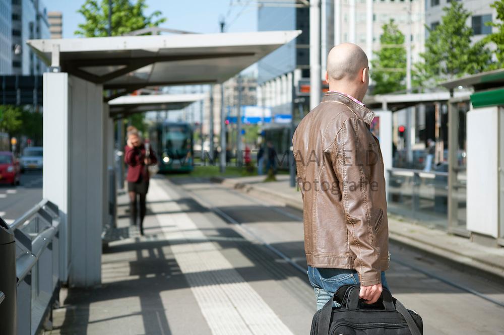 Wachtende man op tram