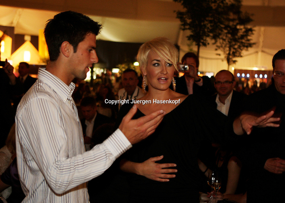 Gerry Weber Open Fashion Night im Rahmen der 17.GERRY WEBER OPEN in Halle (Westf),Grosse Gala mit Modenschau im Gerry Weber Event&Convention Center.Saengerin Sarah Connor im Gespraech mit Tennis Profi Novak Djokovic (SRB).Foto: Juergen Hasenkopf.