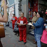 Toluca, México.- Actores caracterizados salieron a las calles de Toluca a invitar a los habitantes a asistir a las diversas obras de teatro que se presentan en la ciudad, con motivo del Día Internacional del Teatro.  Agencia MVT / Crisanta Espinosa